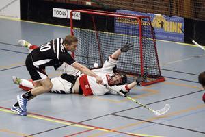 Nisse, här i IBK Köping, kastar sig för att rädda bollen. Arkivfoto: David Eriksson