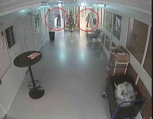 Bilden visar de medmisstänkta som bland annat, enligt en av kriminalvårdarna, ska ha blockerat en övervakningskamera.
