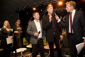 Bricon AB (brand- och riskkonsulter) fick pris som Årets nyföretag. Till vänster Leif Fällman och Magnus Åkerlind. I bakgrunden prisutdelarna Annika Lundqvist, annonssäljare, och Karin Näslund, chefredaktör för Tidningen Ångermanland.