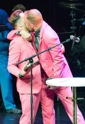 Jonas Jonsson och Patrik Zackrisson tar emot priset i Sång och musik-klassen för