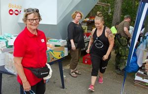 På plats i Lassekrog står Röda korset och privatpersoner som hjälper till med att samordna utdelningen av mat, dryck och annat som skänkts till räddningspersonalen och andra som bekämpar bränderna.