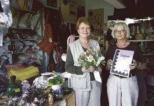 1986 bildades Södertäljes Afrikagrupp. År 2000 mottog gruppen, med Gudrun Gideonsson och Lena Barth-Kylliäinen på bilden, priset Årets insamlare. Foto: Sören Andersson