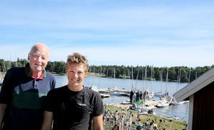 82-årige Håkan Kellner, VM:s äldste som blev 45:a, tillsammans med 16-årige Erik Wahlberg, VM:s yngste som blev 24:a efter en andraplats under sista dagens segling. FOTO: LASSE HALVARSSON