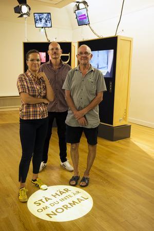 För utställningens grafiska form svarar Felicia Fortes, till vänster. Till höger står museipedagog Lars Berglund, Hälsinglands museum och i mitten Dragan Mitic, utställningens initiativtagare och projektledare.