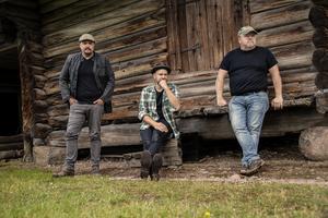 Johan Moraeus, Stiko Per Larsson och Kalle Moraeus har bildat bandet Stiko & Moraeus ihop. Pressbild. Foto: Lina Rörvall