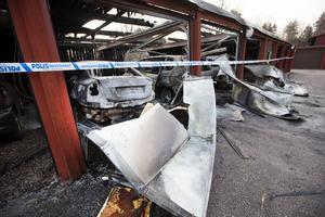 Flera bilar totalförstördes i branden på Igeltjärnsvägen i natt.