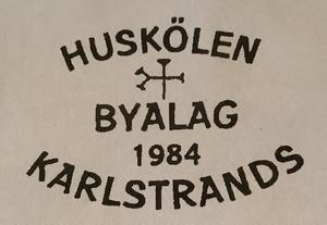 Huskölen Karlstrands Byalags logga.