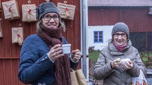 Katarina Olsson och Ann-Marie Olsson njöt av lite kardemummakaffe vid Abrahamsgården under julmarknaden.