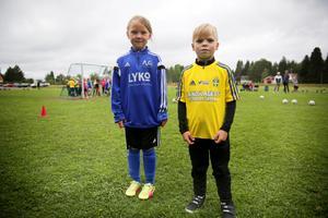 Amanda och Wilde är båda sex år och deltar i fotbollsskolans yngsta grupp