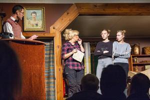 Tonåringarna Esther och Ruth, spelad av Ellen Danhard och Ella Åberg, klagade i receptionen på att det inte fanns något wifi.