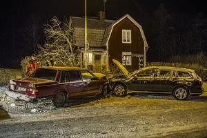 Två personbilar var inblandade i en trafikolycka på Åsgatan i centrala Hedemora, i närheten av Gammelgården. Fem personer färdades i de båda bilarna men ingen av dem skadades i olyckan.Foto: Niklas Hagman