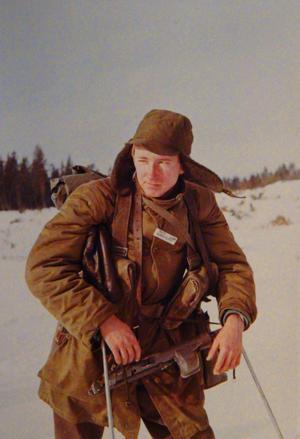 Lennart Nordqvist på skidor, spanar efter fienden. Foto: Privat