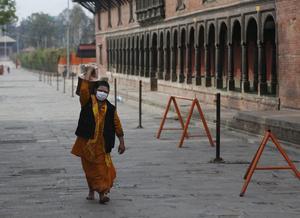 I Kathmandu samlar hindupräster dyrbart vatten till gudstjänster. Med en bättre fungerande marknad hade det varit enklare och billigare. Foto: AP Photo/Niranjan Shrestha.