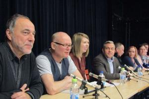 Magnus Gunnarsson (MP) längst till vänster i bilden från den stora debatten om Katedralskolans framtid som hölls i november förra året.