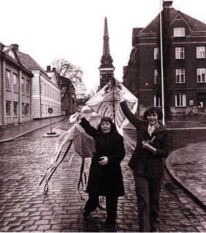 Konstnärerna Ebe Gustavsson och Ewa-Rita Costariano med en varsin drake utanför Västerås Konstnärsförenings lokal vid Stora torget 1976. Foto: Västerås Konstnärsförening