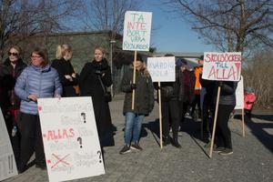Ett femtiotal lärare, elever och föräldrar var på plats under måndagens demonstration.