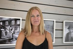 Johanna Syrén i fjolårets utställning Växlingar i Wij trädgårdar i Ockelbo.