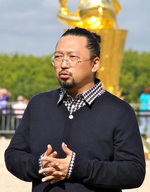 Den japanske konstnären Takashi Murakami har skapat det kända mönstret som pryder Louis Vuittons populära väskor.