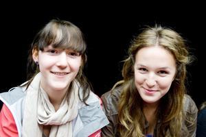 Linnéa Johansson och Elsa Scharin från Sofiedalsskolan berörs av pjäsen.