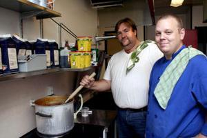På måndag öppnar från vänster Tommy Forsgren och Micke Jonsson en ny lunchrestaurang i det som tidigare varit kök och servering i före detta servicehuset Mariedal.