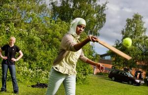 Det gäller att hålla tungan rätt i mun. Iqbal Jeyte i klass 9 Gul slår till bollen.Foto: Ulrika Andersson