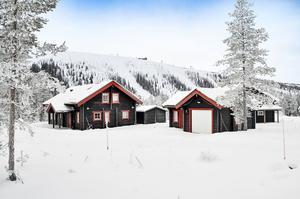 Välbyggd fjällvilla med gedigna materialval och fritt läge. Ski-in ski-out läge till både Tandådalen och Hundfjället. Foto: Bjurfors