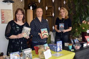 Jessica Storbjörk vid en gemensam boksignering med två andra barnboksförfattare i Sundsvall, Sanna Juhlin och Sofia Weiss. Det var i mars 2017 och