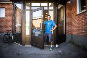 Mats Störtebecker vid porten till hans fjärde gym.