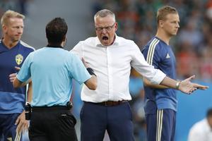 Janne Andersson var minst sagt förbannad när Sverige inte fick straff. Bild: Eduardo Verdugo/AP.