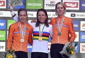 Bara nederländare på pallen: Annemiek van Vleuten flankerad av Anna van der Breggen och Ellen van Dijk. Foto: Kerstin Joensson/TT