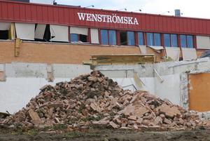 Sista oktober i år ska det mesta av gamla Wenströmska gymnasiets byggnad vara rivet. Sporthallen ska vara kvar.