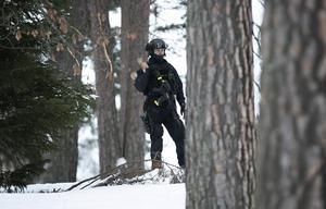 Domstolen bevakades av polis utrustad med förstärkningsvapen.