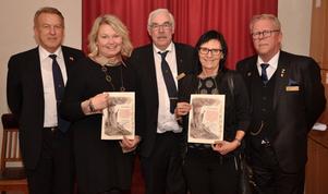 Fr.V: Bertil Kilander, Liselott Wendt, Sällskapet Jultomtarna i Skövde, Jan-Olof Svärd, Lena Andersson, Barn-/ungdomsmedicin, Skaraborgs Sjukhus samt Leif Forsell.