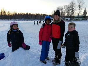 Evelina Nyholm, pedagog på Alfta fritids, omringas av ett gäng skridskosugna barn. Ända sedan isen blev tillräckligt tjock och planen uppskottad av ett gäng föräldrar har det varit full aktivitet på isen varje dag.