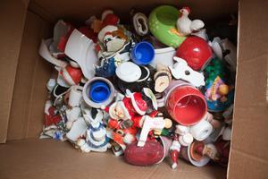 En del av den keramik som kommer att slängas. – De varor som inte säljs reas i första hand ut i butik, sedan åker de tillbaka till återbruket eller erbjuds andra kretsar som har brist på varor, säger Elvy Westlund.