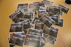 En betydande del av befolkningen i Fredriksberg lär ha skickat vykort till politikerna i vård-och omsorgsnämnden. Beslutet att göra nedskärningar på Säfsgården synes ha upprört många.