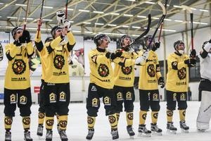 ÖSK Bandy firar med fansen efter 5–0-segern.