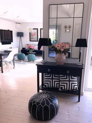 Den svartvita puffen i skinn är en trotjänare hemma hos Claudia Gullström. Den har ingen specifik plats i hemmet, utan flyttas runt och får vara där den passar bäst för stunden.Foto: Privat