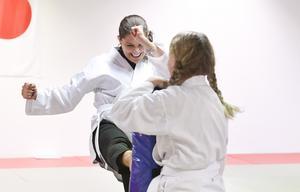 Kronprinsessan Victoria sparkar mot mittsen som sparringpartnern Annie, 12 år, håller. Kronprinsessan provar på karate för första gången i sitt liv, då hon besöker projektet Aktivitet förebygger i Ängelholm. Foto: Johan Nilsson / TT