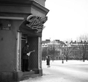 Förr var kaféerna många i städerna - här det numera försvunna Palms i Sundsvall. Men de är inte så få i dag heller. Kaffedrickandet har inte tappat i popularitet. Bildkälla: Sundsvalls museum