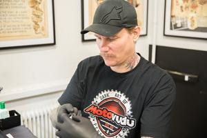 När Daniel började tatuera var branschen liten och ingen trodde att han skulle kunna leva på yrket.