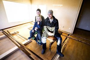 Jennie Häggström och Erik Larserud tillsammans med dottern Siri. Skarvarna där huset delats syns fortfarande efter flytten.