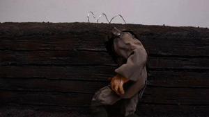 Klippbild från arbetet med Across the field. En huvudlös soldat vandrar runt i den leriga skyttegraven. Foto: Victor Ganebrant.