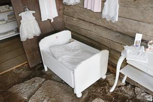 Kläder och sängar till små barn finns hos Agnetha.