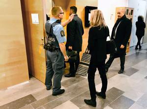Förutom rätten och de misstänkta männen hade endast häktesvakter,  de tilltalades försvarare samt representanter för media tillträda till sal 1 i Västmanlands tingsrätt. Det är rättens säkerhetssal.