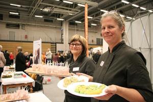 Helene Tallberg och Marianne Källman från Lindesbergs kommuns kostorganisation visade upp vad det finns för specialkost och hur matlådorna ser ut som folk kan beställa. Dessutom hade de tillagat en efterrätt, hallonrisifrutti, som många provsmakade.