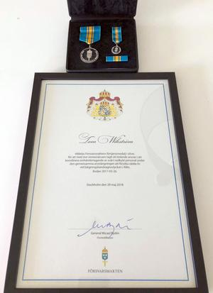 Så här ser Försvarsmaktens förtjänstmedalj i silver ut. Foto: Richard Törnhjelm/Försvarsmakten