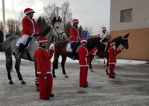 Eleverna har pyntat både sig själva och hästarna.