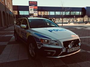 Polis befann sig under måndagen vid den drabbade butiken.