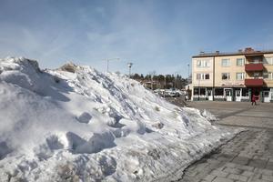 De stora snöhögarna som till exempel den på Marnäs torg får försvinna den naturliga vägen. Gatuchefen tänker inte beordra ut folk och maskiner för att ta bort snöhögar som inte utgör en fara för trafiksäkerheten.